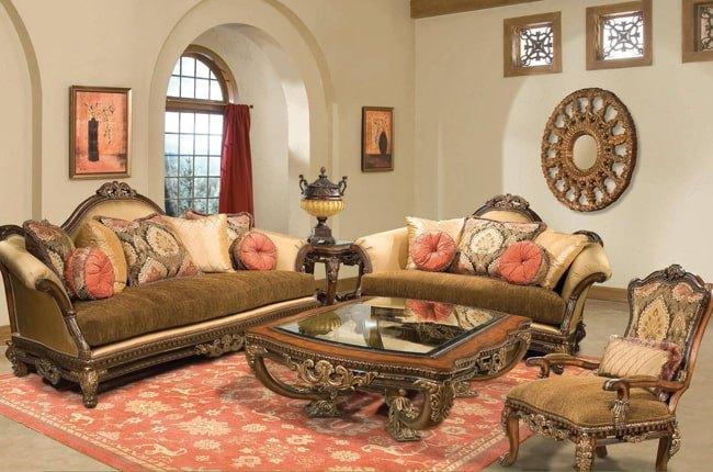 نشیمنی با مبلمان کلاسیک کرم و قهوه ای با فرش و کوسن های قرمز رنگ
