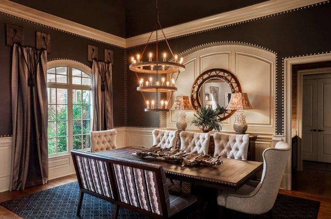 تصویر یک اتاق غذاخوری کلاسیک با میز و صندلی های چوبی کلاسیک و لوستر آویز سه طبقه