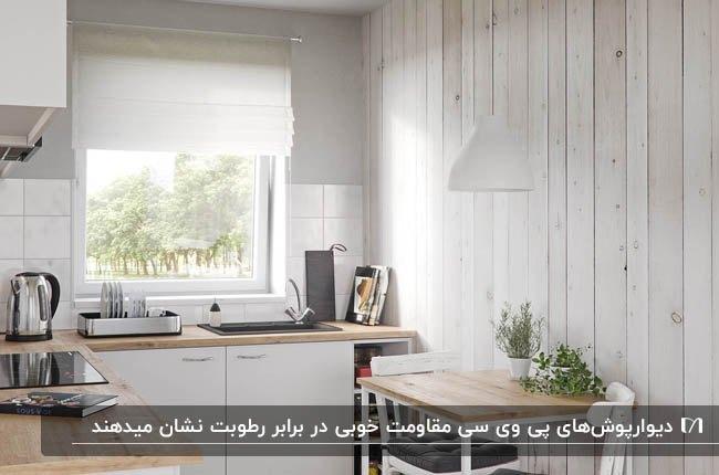 آشپزخانه ای با کابینت های سفید به همراه دیوارپوش پی وی سی طوسی روشن
