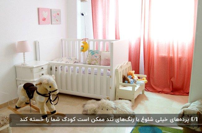 دکوراسیون اتاق کودک با سرویس خواب سفید و پرده های صورتی بلند