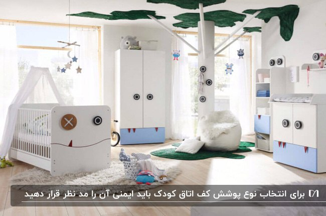 دکوراسیون اتاق خوابی کودکانه با سرویس خواب و کمد سفید و آبی و کفپوش چوبی روشن و طرح درخت روی سقف
