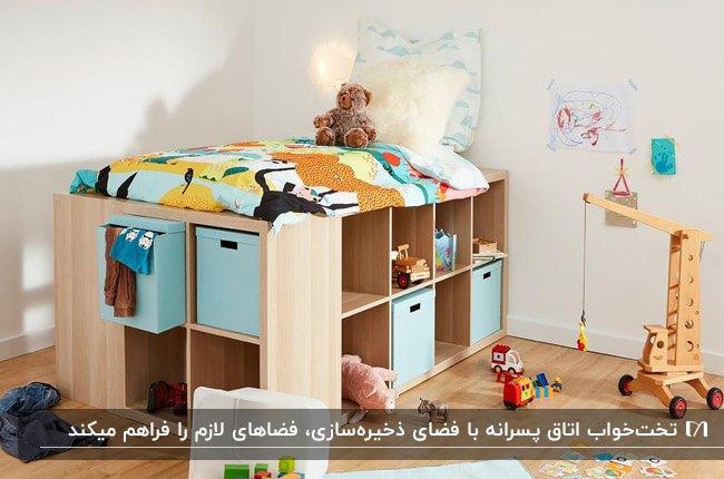 تخت چوبی با باکس های آبی و فضای ذخیره سازی در دکوراسیون اتاق پسرانه