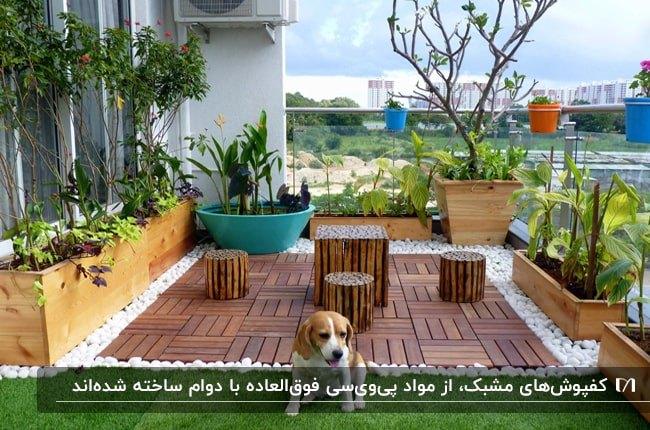 روفگاردنی با کفپوش مشبک طرح چوب و میز و صندلی های چوبی با فلاورباکس های گل