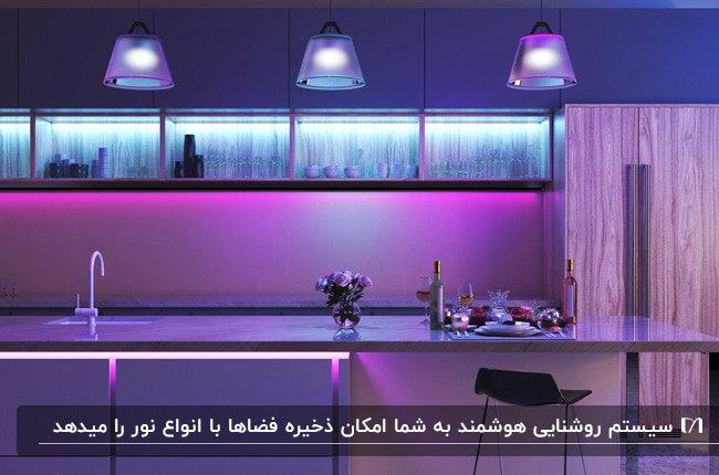 آشپزخانه ای با کابینت ها، جزیره، لوستر و نوپردازی های باتناژ رنگ بنفش