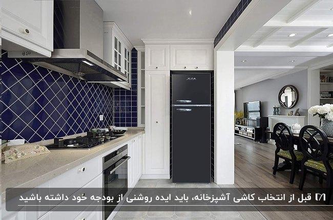 آشپزخانه یکطرفه ای با کابینت های سفید و کاشی های بین کابینتی سرمه ای