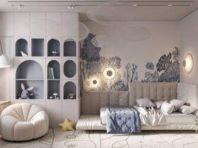 دکوراسیون یک اتاق لاکچری پسرانه با تم رنگی سفید و کرم و آبی برای تخت، کمد، کاغذدیواری و پاف