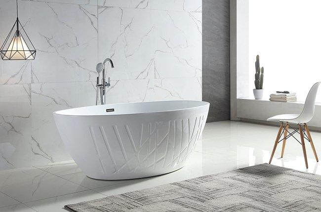 حمامی با کاشی های دیواری طوسی روشن رگه دار، وان بیضی شکل سفید طرحدار و چراغ آویز مشکی