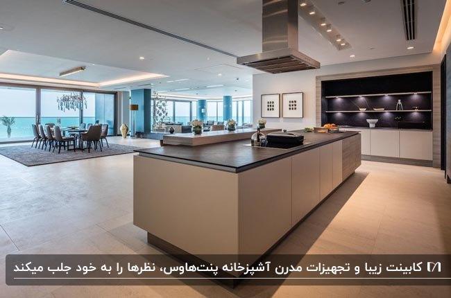 طراحی داخلی آشپزخانه یک پنتهاوس با کابینت و جزیره کرم و قهوه ای