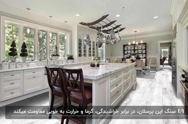 آشپزخانه بزرگی با کابینت های سفید و سنگ طوسی پرسلان برای روی اپن