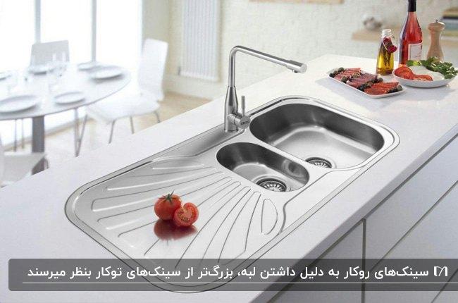 تصویر آشپزخانه رو شنی با سینک روکار استیل براق و دو لگنه