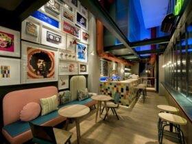 دکوراسیون داخلی کافیشاپ کوچکی با تم رنگ های پاستلی و سقف نیمه شفاف آبی
