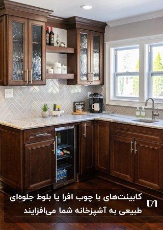 آشپزخانه کوچکی با کابینت های قهوه ای رنگ طبیعی چوب با صفحه رویی سفید رنگ