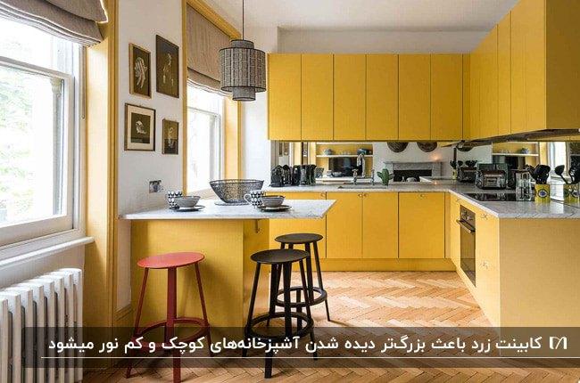 آشپزخانه کوچکی با کابینت ال شکل زرد و صفحه رویی سفید