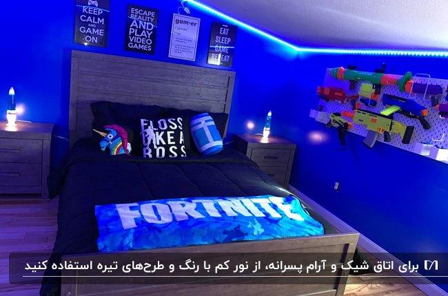 دکوراسیون اتاق خواب پسرانه ای با تم رنگی قهوه ای و سرمه ای و آبی و نورپردازی مخفی آبی