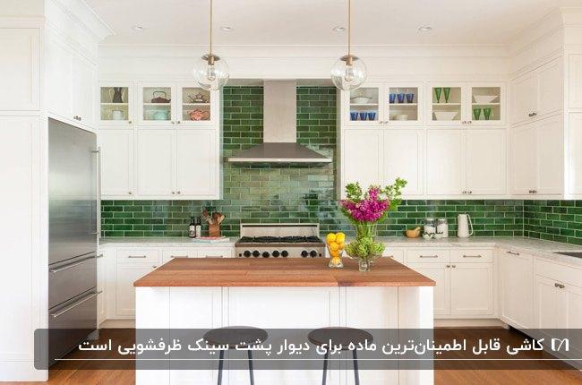 آشپزخانه ای با کفپوش چوبی، کابینت های سفید و کاشی های بین کابینتی براق سبز رنگ