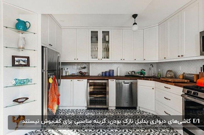آشپزخانه بزرگی با کابینت های سفید کاشی های بین کابینتی سفید و کاشی های کف طرحدار سفید و مشکی