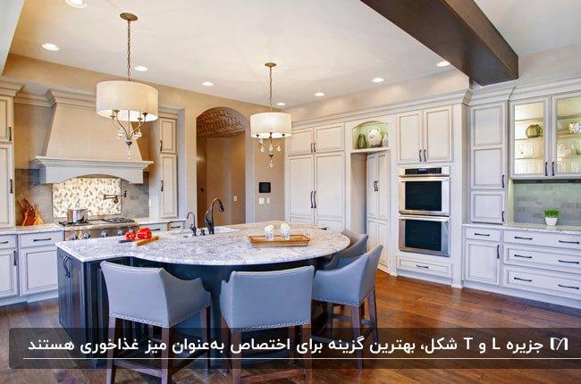 آشپزخانه ای با کابینت های سفید و جزیره ای با صفحه رویی سنگی به عنوان میز غذاخوری