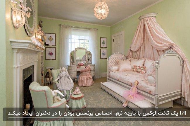 دکوراسیون اتاق خواب دخترانه ای با تخت پرنسسی با سایبان صورتی، دو مبل و دیوارهای سبز کمرنگ