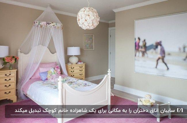 دکوراسیون اتاق خواب دخترانه ای با تخت سفید و سایبان سفید سقفی، فرش صورتی و دیوارهای طوسی