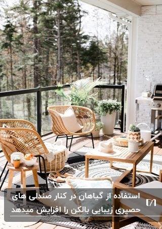 بالکنی با حفاظ شیشه ای و دو صندلی حصیری و میز مستطیلی چوبی