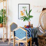 اتاق با لوازم چوبی یک صندلی حصیری با تکیه گاه بیضی بلند