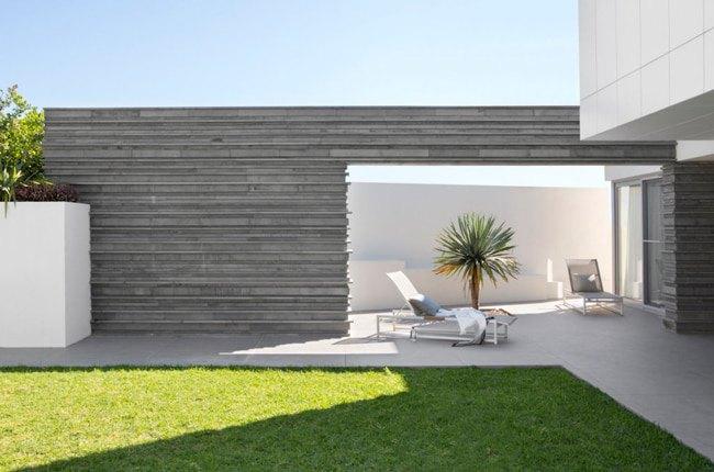 دیوارپوش بافت دار و سه بعدی طوسی سیر برای حیاط خانه ای مدرن و سفید