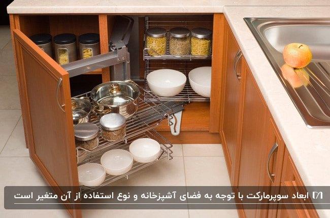 آشپزخانه ای با کابینت چوبی قهوه ای روشن، صفحه رویی سفید و سوپرمارکت کابینت