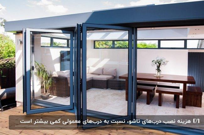 نمای خاکستری خارجی یک خانه با درب تاشو و فریم خاکستری