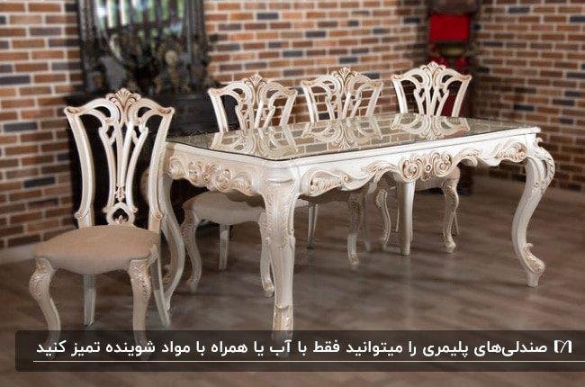 میز و صندلی های غذاخوری پلیمری کرم رنگ مقابل دیوار آجری