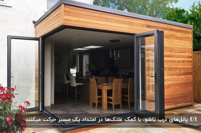 نمای چوبی خانه ای با ورودی درب تاشو با فریم مشکی