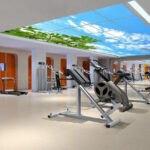 باشگاه بدنسازی با لوازم ورزشی، دیوارهای نارنجی و سقف آسمان مجازی