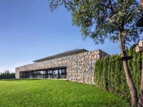 خانه ای ویلایی با حیاط چمنی و دیوار گابیونی