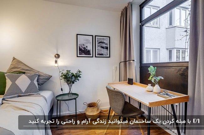 اتاق خوابی فرنیش با تخت و میز تحریر و صندلی زیر پنجره مشکی