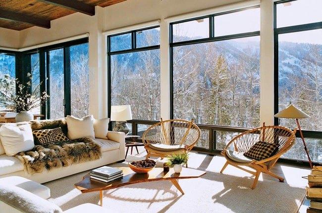 نشیمنی با مبل سفیدو دو صندلی، میزجلو مبلی، ظرف میوه چوبی بعنوان وسایل چوبی تزئینی