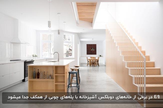 دکوراسیون سفید و چوبی خانه دوبلکس با آشپزخانه ای با کابینت های سفید و جزیره چوبی