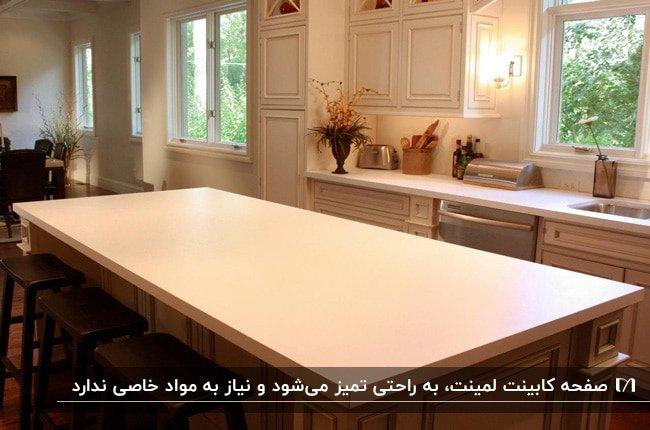 آشپزخانه ای با کابینت های سفید و صفحه کابینت لمینت سفید مات