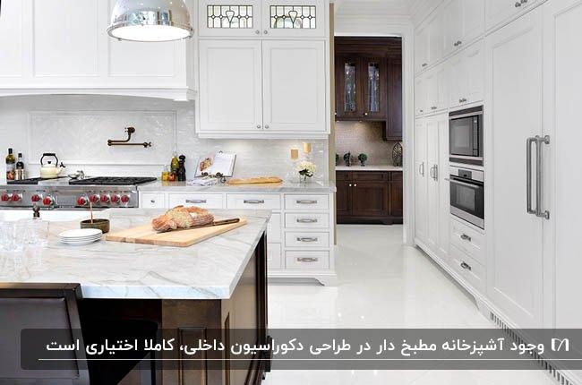 آشپزخانه مطبخ دار با کابینت های سفید و جزیره قهوه ای آشپزخانه اصلی و مطبخ قهوه ای تیره