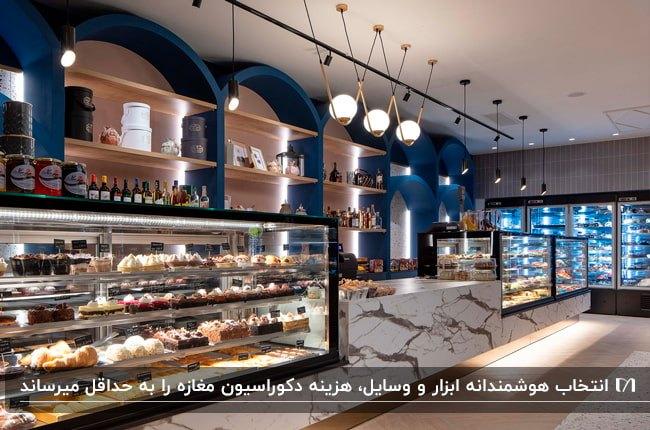 دکوراسیون مغازه شیرینی فروشی با تم رنگی آبی، سفید، مشکی و طلایی برای قفسه ها و ویترین