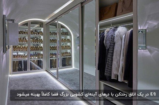 تصویر رختکنی مستطیلی با آینه کاری و نورپردازی درب های کشویی کمد لباس