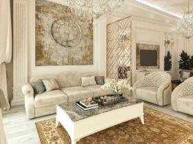 نشیمنی کلاسیک با مبلمان کرم رنگ، کوسن های طوسی و کرم و پتینه کاری با ورق های طلا روی بخشی از دیوار