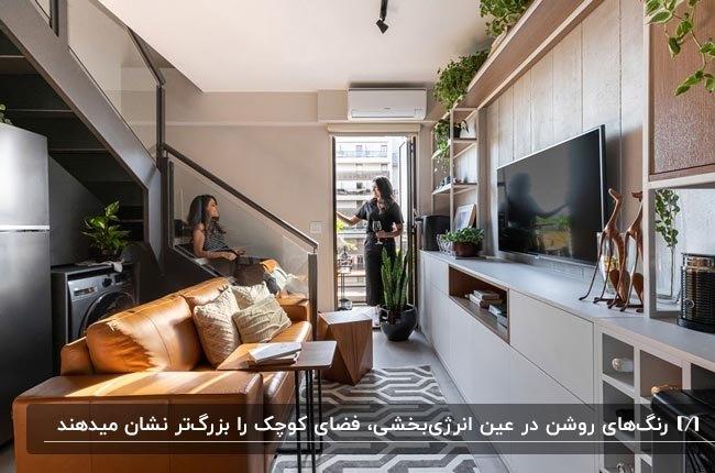 دکوراسیون خانه دوبلکس کوچکی با مبل چرم نارنجی، میز تلویزیون سفید و پله های خاکستری
