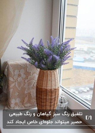 کاربرد حصیر در دکوراسیون برای گلدان استوانه ای با گل های اسطوخودوس