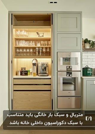 کافی بار خانگی مخفی برای داخل کابینت با کشو و قفسه های چوبی نورپردازی شده
