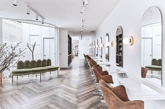 دکوراسیون آرایشگاهی مدرن و مینیمال با صندلی های قهوه ای و نیمکت صدری