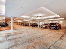 طراحی پارکینگ یک ساختمان مسکونی با کناف سقف و نورپردازی آن با نور مخفی و لوستر