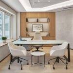 طراحی اتاق مدیریت مدرنی با میز و صندلی های کرم رنگ و قفسه دیواری چوبی با پنجره های بزرگ