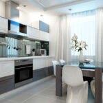 آشپزخانه ای با کابینت های سفید و طوسی، میز و صندلی های غذاخوری و پرده آشپزخانه سفید