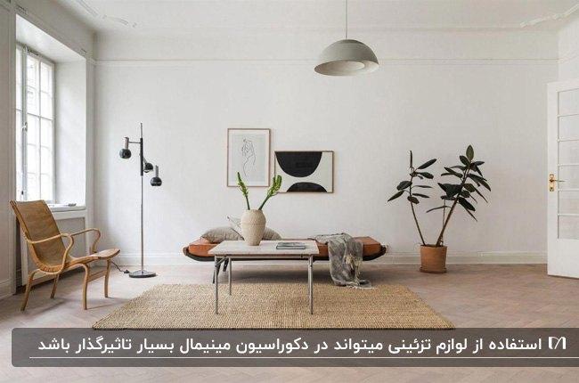 دکوراسیون مینیمال نشیمنی با نیمکت چرم و صندلی چوبی، گلدان های گل و آباژور پایه بلند