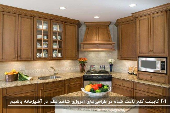 آشپزخانه ای با کابینت های قهوه ای و کابینت گوشه به عنوان جای اجاق گاز