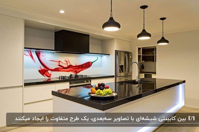 آشپزخانه ای با کابینت های سفید و مشکی و بین کابینتی شیشه ای با طرح یک فلفل قرمز